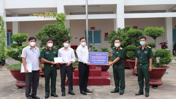Lãnh đạo TPHCM thăm, động viên người dân và lực lượng tuyến đầu chống dịch Covid-19 ảnh 20