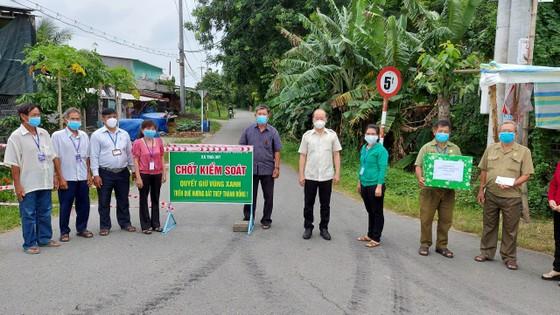 Lãnh đạo TPHCM thăm, động viên người dân và lực lượng tuyến đầu chống dịch Covid-19 ảnh 18