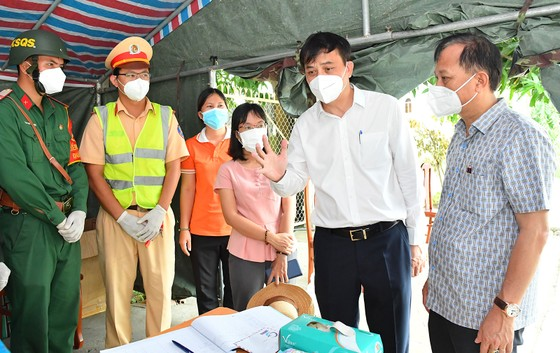 Lãnh đạo TPHCM thăm, động viên người dân và lực lượng tuyến đầu chống dịch Covid-19 ảnh 11
