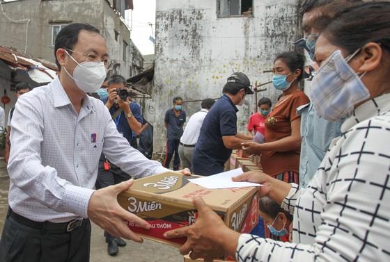 Lãnh đạo TPHCM thăm, động viên người dân và lực lượng tuyến đầu chống dịch Covid-19 ảnh 4