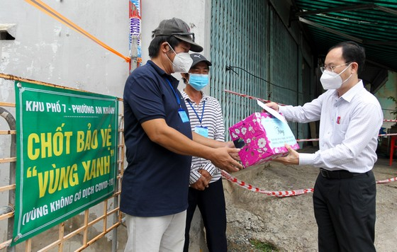 Lãnh đạo TPHCM thăm, động viên người dân và lực lượng tuyến đầu chống dịch Covid-19 ảnh 5