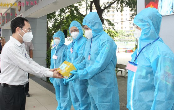 Lãnh đạo TPHCM thăm, động viên người dân và lực lượng tuyến đầu chống dịch Covid-19 ảnh 6