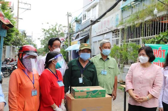 Lãnh đạo TPHCM thăm, động viên người dân và lực lượng tuyến đầu chống dịch Covid-19 ảnh 15