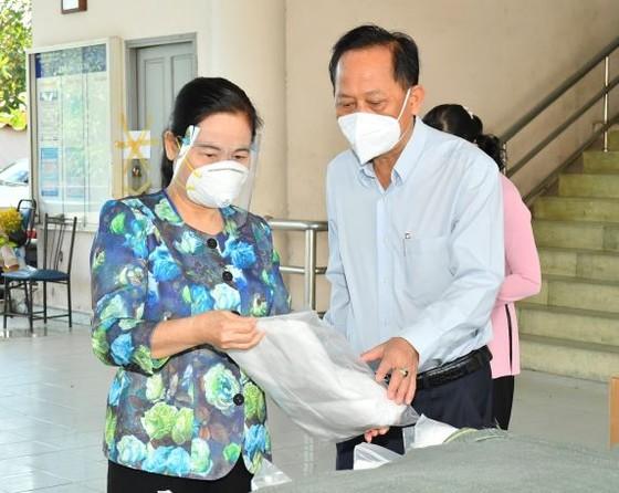 HĐND TPHCM trao 300.000 bộ đồ bảo hộ, khẩu trang tới lực lượng phòng chống dịch ở cơ sở ảnh 2