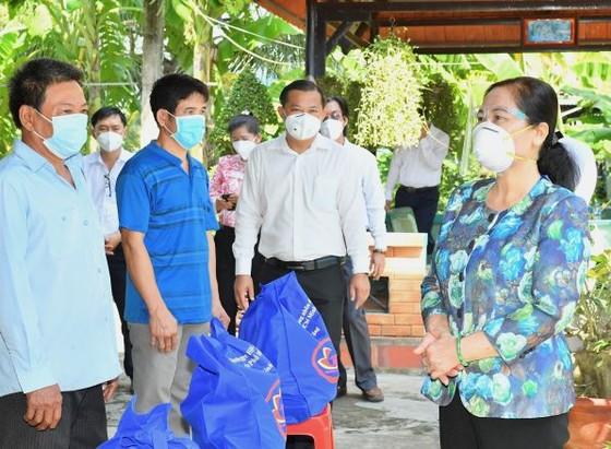 HĐND TPHCM trao 300.000 bộ đồ bảo hộ, khẩu trang tới lực lượng phòng chống dịch ở cơ sở ảnh 3
