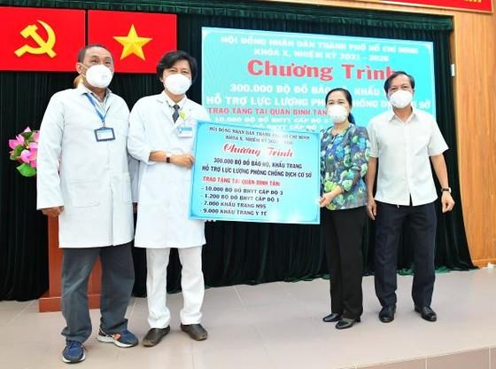 HĐND TPHCM trao 300.000 bộ đồ bảo hộ, khẩu trang tới lực lượng phòng chống dịch ở cơ sở ảnh 1