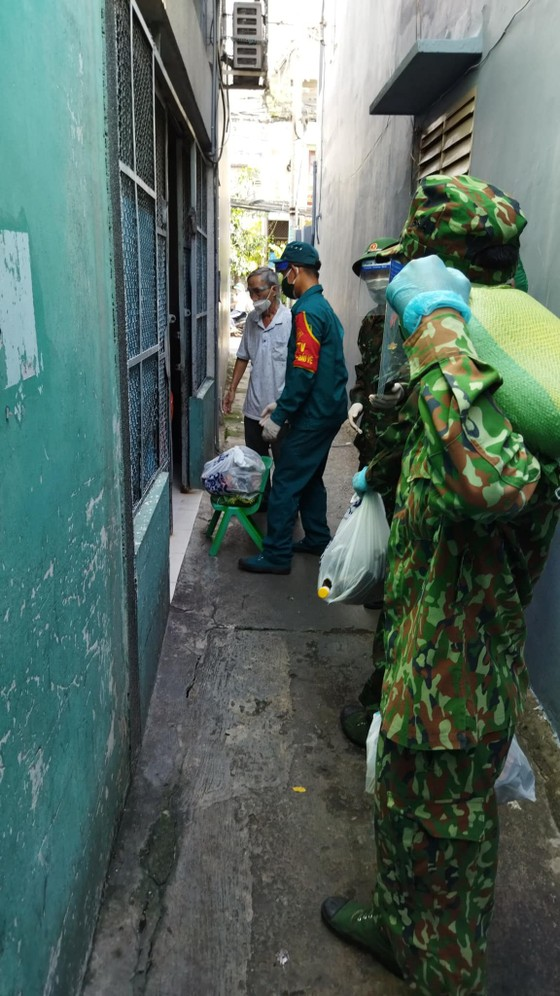 Quận 8 phản hồi việc phân phối hàng hóa hỗ trợ người dân tại khu phố 3, phường 10 ảnh 2