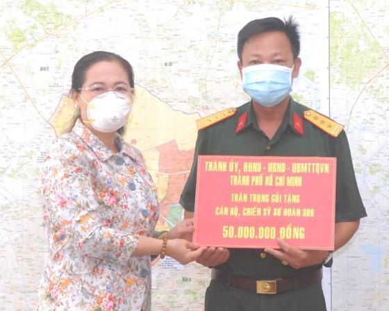 Chủ tịch HĐND TPHCM Nguyễn Thị Lệ thăm, động viên cán bộ, chiến sĩ quân đội tham gia phòng chống dịch ảnh 1
