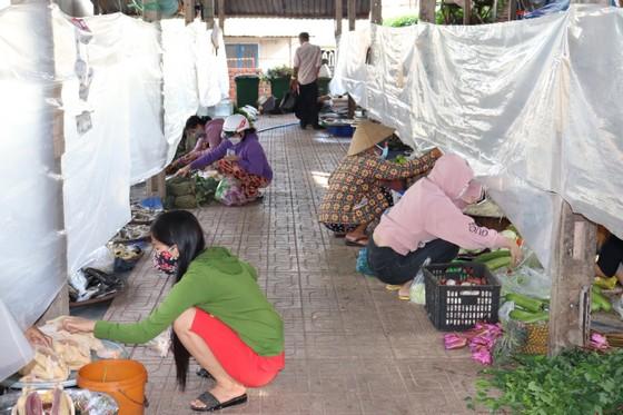 Người dân Củ Chi đi chợ 'bình thường mới' ảnh 1