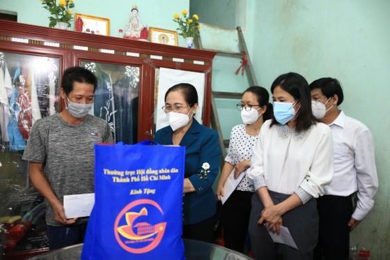 Chủ tịch HĐND TPHCM Nguyễn Thị Lệ thăm, động viên trẻ em mồ côi vì Covid-19 ảnh 2