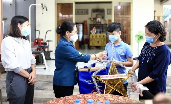 Chủ tịch HĐND TPHCM Nguyễn Thị Lệ thăm, động viên trẻ em mồ côi vì Covid-19 ảnh 3