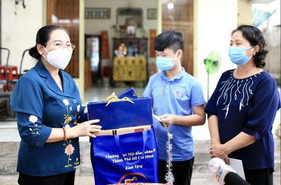 Chủ tịch HĐND TPHCM Nguyễn Thị Lệ thăm, động viên trẻ em mồ côi vì Covid-19 ảnh 4