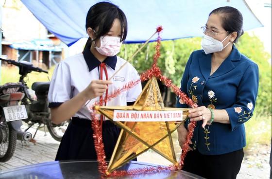 Chủ tịch HĐND TPHCM Nguyễn Thị Lệ thăm, động viên trẻ em mồ côi vì Covid-19 ảnh 6