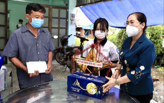 Chủ tịch HĐND TPHCM Nguyễn Thị Lệ thăm, động viên trẻ em mồ côi vì Covid-19 ảnh 7