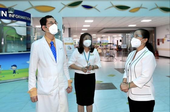 Chủ tịch HĐND TPHCM Nguyễn Thị Lệ tặng sữa cho trẻ em mắc Covid-19 ảnh 1