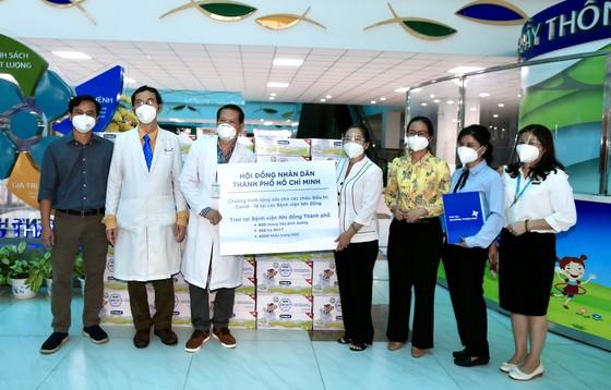 Chủ tịch HĐND TPHCM Nguyễn Thị Lệ tặng sữa cho trẻ em mắc Covid-19 ảnh 2