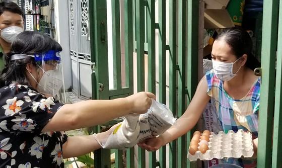 Đoàn đại biểu Quốc hội TPHCM tặng 1.250 phần quà an sinh tới hộ dân quận 12 ảnh 2