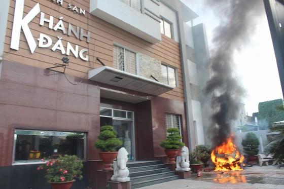Khách tháo chạy khỏi khách sạn khi chiếc ô tô bất ngờ phát nổ và bốc cháy ảnh 1