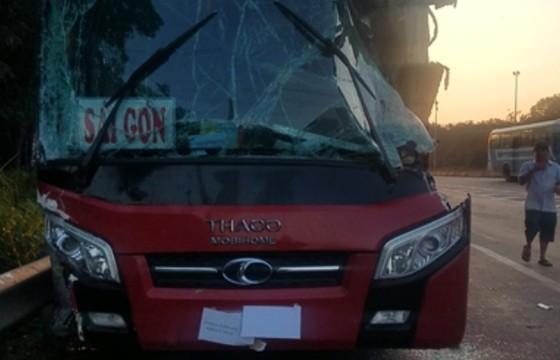 Xe khách va chạm với xe tải, tài xế bị thương, hành khách la hét sợ hãi ảnh 1