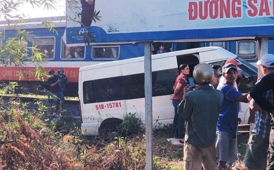 Tàu hỏa va chạm xe khách, nhiều người bị thương ảnh 1