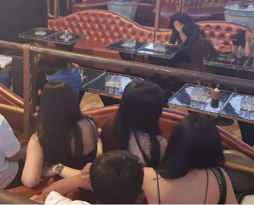 Đột kích quán bar V8 Club phát hiện cả khách và nhân viên dương tính với ma túy ảnh 1