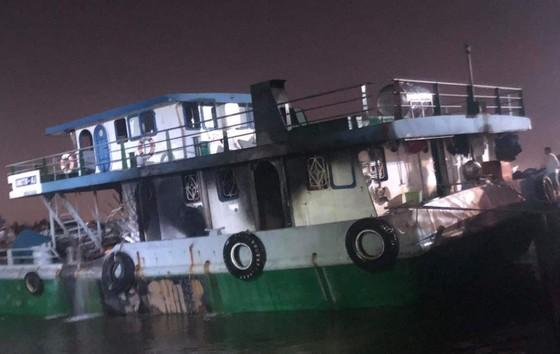 Cháy tàu chở xăng 1.000 tấn, 2 người chết, 1 người mất tích ảnh 1