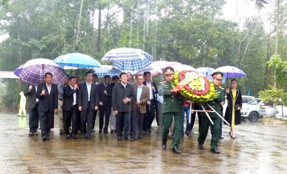 Nguyên Chủ tịch nước Trương Tấn Sang tưởng niệm, tri ân các anh hùng, liệt sĩ tại Vị Xuyên ảnh 1