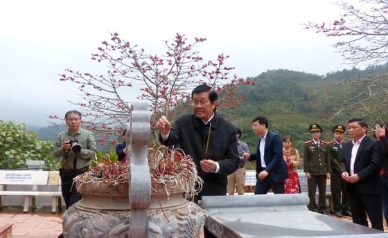 Nguyên Chủ tịch nước Trương Tấn Sang tưởng niệm, tri ân các anh hùng, liệt sĩ tại Vị Xuyên ảnh 6