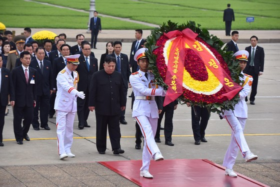 Chủ tịch Triều Tiên Kim Jong-un vào Lăng viếng Chủ tịch Hồ Chí Minh trước khi rời Hà Nội ảnh 4