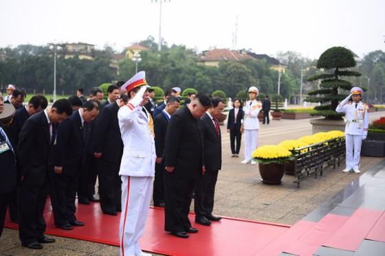 Chủ tịch Triều Tiên Kim Jong-un vào Lăng viếng Chủ tịch Hồ Chí Minh trước khi rời Hà Nội ảnh 7