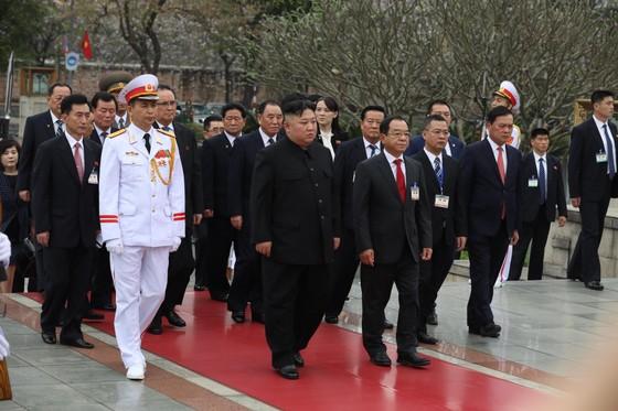Chủ tịch Triều Tiên Kim Jong-un vào Lăng viếng Chủ tịch Hồ Chí Minh trước khi rời Hà Nội ảnh 12
