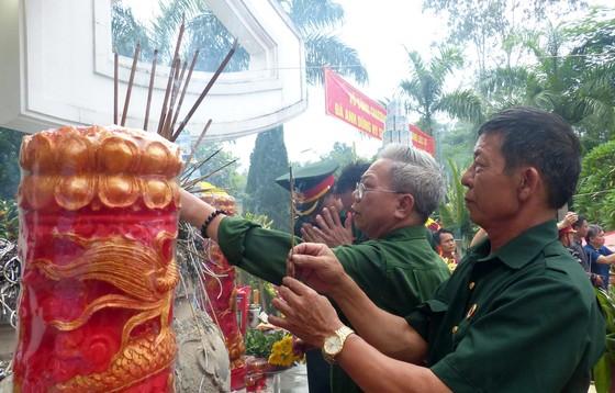 Nguyên Chủ tịch nước Trương Tấn Sang dâng hương, hoa tri ân các anh hùng, liệt sĩ tại Vị Xuyên ảnh 4