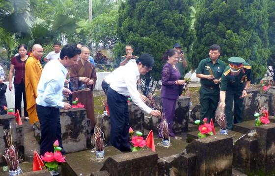 Nguyên Chủ tịch nước Trương Tấn Sang dâng hương, hoa tri ân các anh hùng, liệt sĩ tại Vị Xuyên ảnh 6