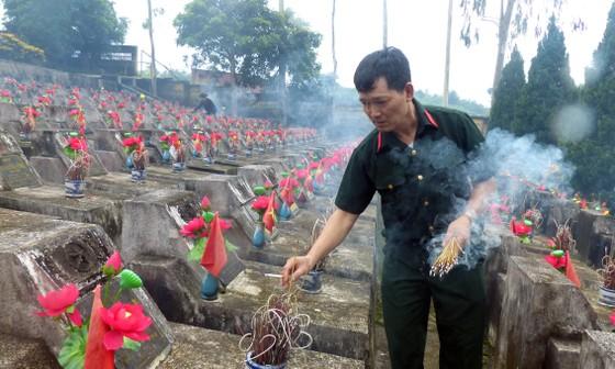 Nguyên Chủ tịch nước Trương Tấn Sang dâng hương, hoa tri ân các anh hùng, liệt sĩ tại Vị Xuyên ảnh 9