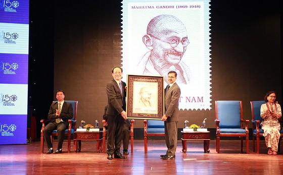 Phát hành bộ tem đặc biệt kỷ niệm 150 năm sinh Mahatma Gandhi ảnh 2