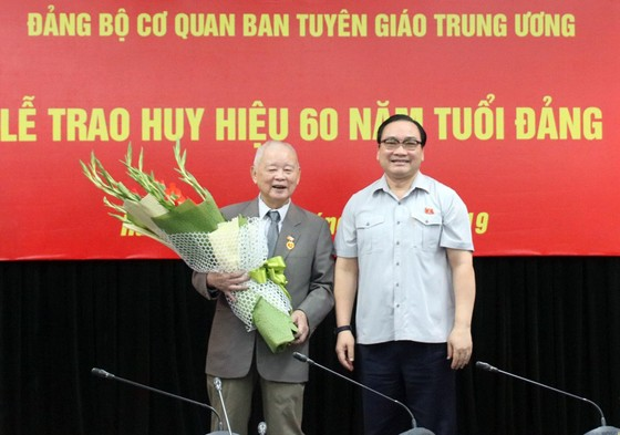 Trao tặng Huy hiệu 60 năm tuổi Đảng cho nguyên Bí thư Thành ủy Hà Nội Lê Xuân Tùng ảnh 2