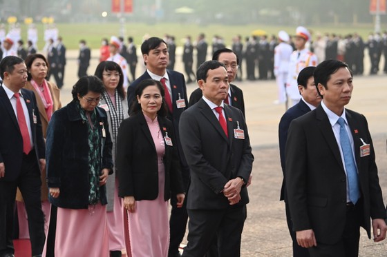 Đại biểu dự Đại hội XIII của Đảng vào Lăng viếng Chủ tịch Hồ Chí Minh ảnh 9