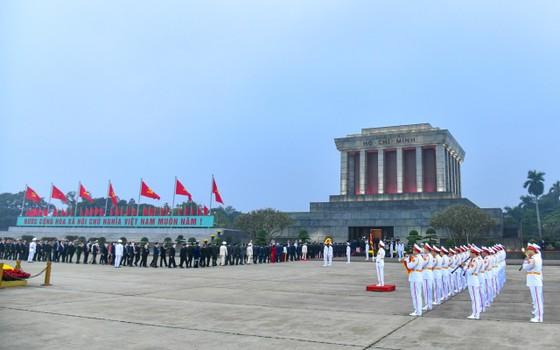 Đại biểu dự Đại hội XIII của Đảng vào Lăng viếng Chủ tịch Hồ Chí Minh ảnh 1