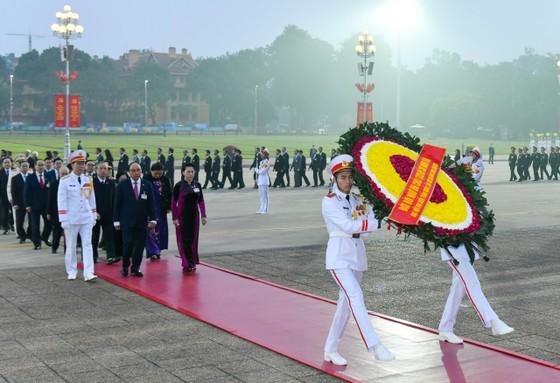 Đại biểu dự Đại hội XIII của Đảng vào Lăng viếng Chủ tịch Hồ Chí Minh ảnh 2