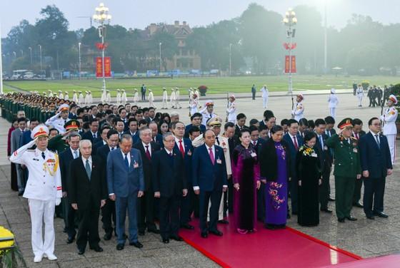 Đại biểu dự Đại hội XIII của Đảng vào Lăng viếng Chủ tịch Hồ Chí Minh ảnh 3