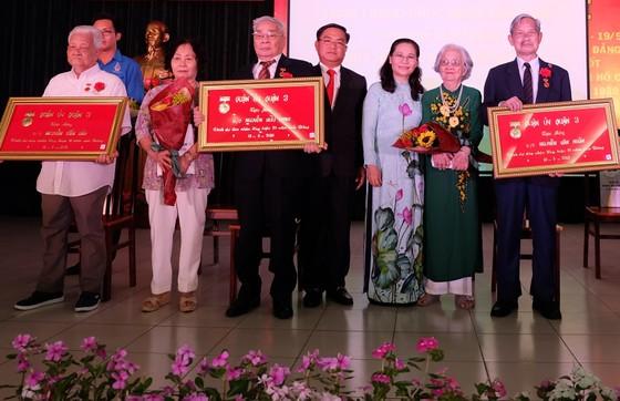 Quận 3 trao tặng Huy hiệu Đảng cho 105 đảng viên và tuyên dương 109 gương điển hình theo gương Bác ảnh 1