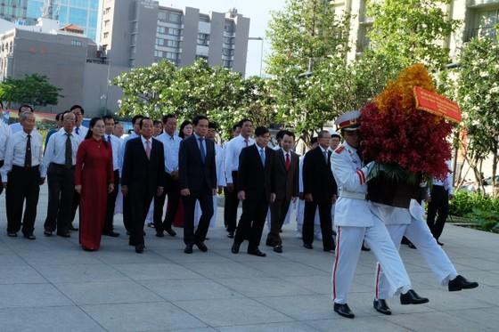 Đoàn đại biểu TPHCM dâng hương, dâng hoa tưởng nhớ Chủ tịch Hồ Chí Minh ảnh 3