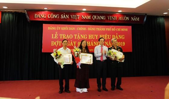 Đảng ủy Khối Dân - Chính - Đảng TPHCM trao Huy hiệu Đảng cho 28 đảng viên ảnh 1