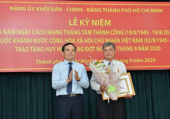 24 đảng viên thuộc Đảng bộ Khối Dân - Chính - Đảng TPHCM nhận Huy hiệu Đảng ảnh 5