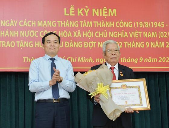 24 đảng viên thuộc Đảng bộ Khối Dân - Chính - Đảng TPHCM nhận Huy hiệu Đảng ảnh 2