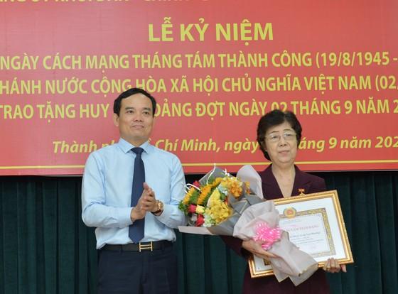 24 đảng viên thuộc Đảng bộ Khối Dân - Chính - Đảng TPHCM nhận Huy hiệu Đảng ảnh 3