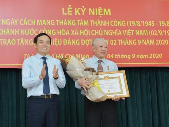 24 đảng viên thuộc Đảng bộ Khối Dân - Chính - Đảng TPHCM nhận Huy hiệu Đảng ảnh 4