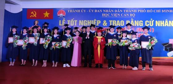 259 sinh viên khóa đầu tiên của Học viện Cán bộ TPHCM nhận bằng tốt nghiệp ảnh 2