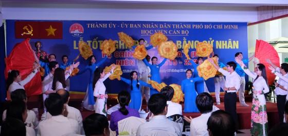 259 sinh viên khóa đầu tiên của Học viện Cán bộ TPHCM nhận bằng tốt nghiệp ảnh 1
