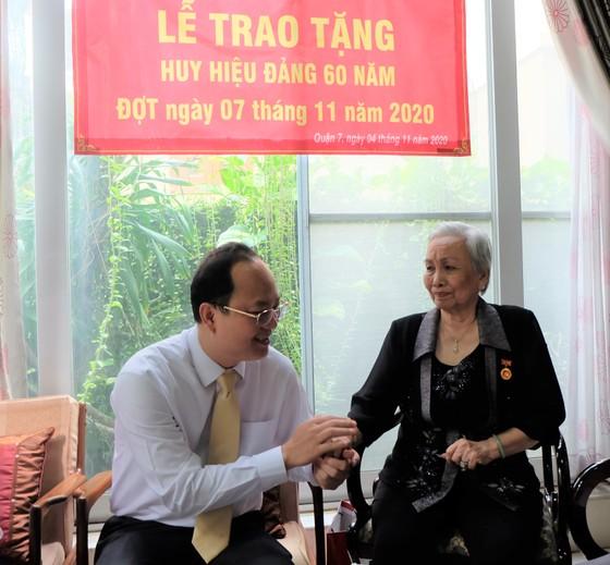 Phó Bí thư Thành ủy TPHCM Nguyễn Hồ Hải trao Huy hiệu Đảng cho đảng viên cao tuổi Đảng ảnh 2